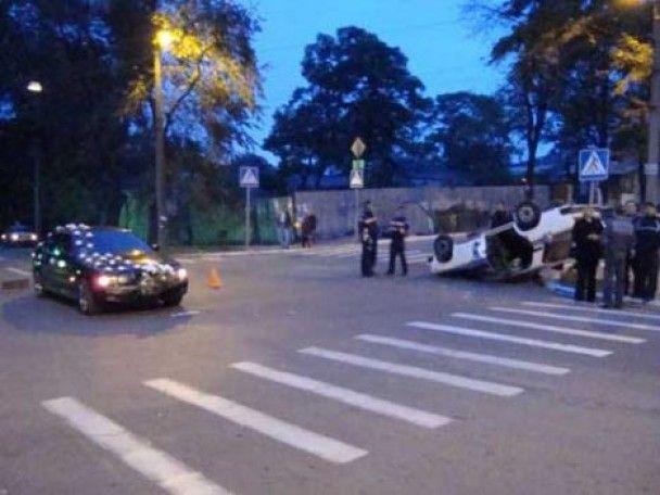 У Маріуполі весільний кортеж протаранив автомобіль міліціонерів