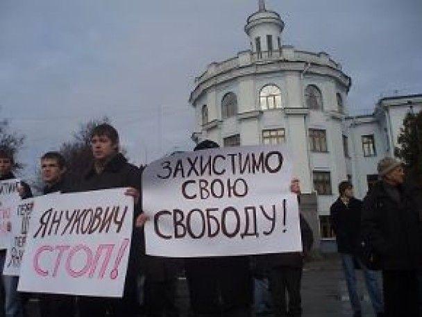 Через протест Янукович пробирався на завод чорним ходом
