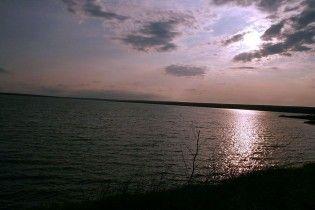 Найглибше озеро Криму п'ятий день заливає нафтопродуктами