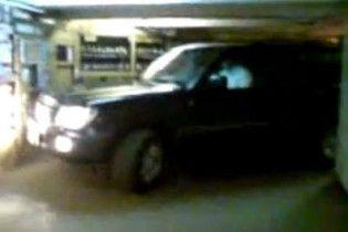 Москвичі на джипі покаталися переходом метро з благословення міліції