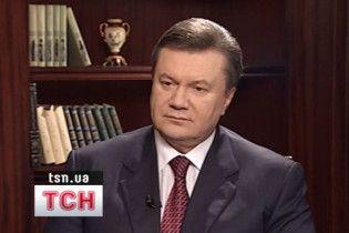 Януковичу подарували книги Чехова, Ахматової та орфографічний словник