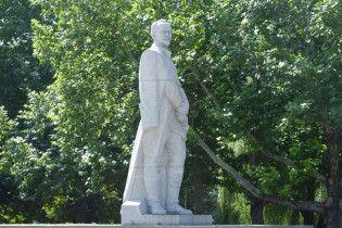 """У Запоріжжі вандали написали на пам'ятнику Дзержинському """"Де тут сортир?"""""""