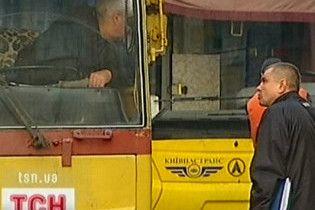 У Києві під тролейбусом знайшли жінку з відрізаною головою