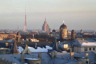 """У центрі Риги жорстоко побили підлітка в шапці з написом """"Росія"""""""