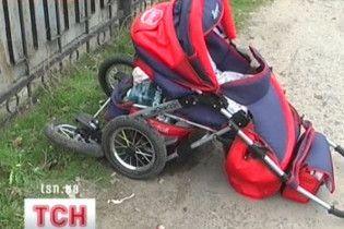 У Луганську автомобіль збив дитячий візочок