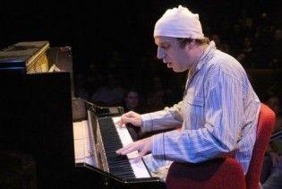 Канадський піаніст грав на фортепіано 27 годин поспіль