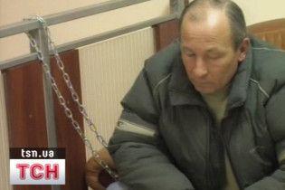 Щоб повернути депозит, мешканець Севастополя прикував себе ланцюгом в банку