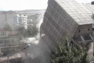 В Туреччині спостерігали за найнезвичнішим знесенням будинку