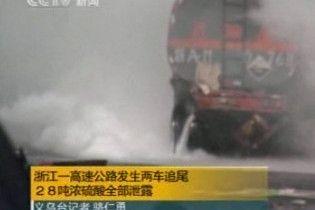 В Китаї в результаті аварії на дорогу витекло 28 т сірчаної кислоти