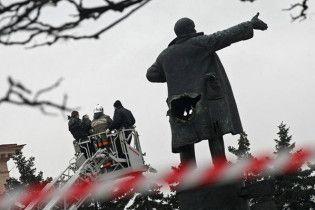 """Російські комуністи подають позов через те, що пам'ятник Леніну """"цинічно нахиляли"""""""
