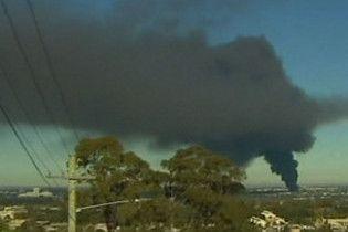 Сідней охопив чорний дим від пожежі в будівлі місцевої фабрики