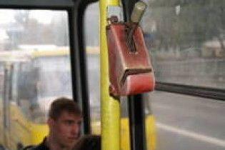 У запорізькому тролейбусі пасажирка покусала контролера