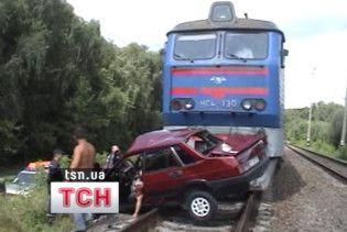 На Рівненщині пасажирський потяг зіткнувся із легковиком: є жертви