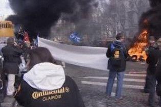 Робітники в Парижі палять шини на знак протесту проти закриття заводу