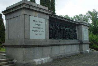 У Польщі підпалили вінки на кладовищі радянських воїнів