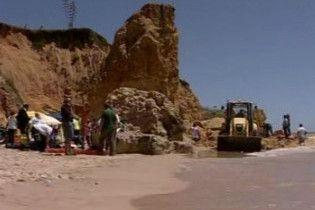 У Португалії на пляж впала скеля: є жертви