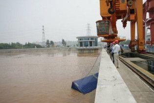 Контейнери з хімікатами впали в річку Китаю: 100 тис людей без води