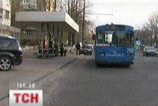 В Чернігові п'яний молодик розстріляв маршрутку і тролейбус