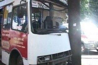 У Харкові автобус з пасажирами врізався в дерево