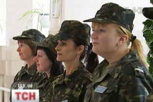 Через мале фінансування в українській армії більшає жінок