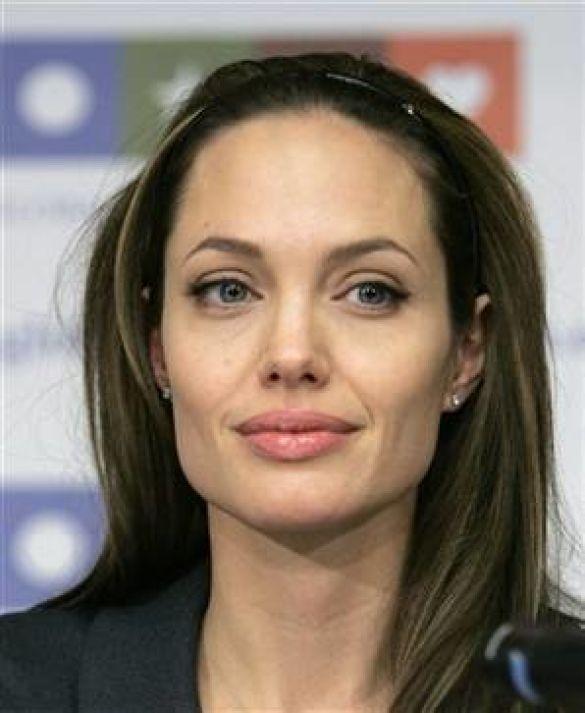 Джолі звинуватили у лицемірстві