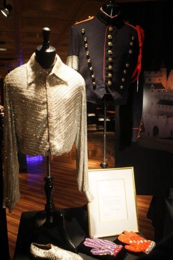 Речі Майкла Джексона, які продадуть на аукціоні, виставили в Нью-Йорку