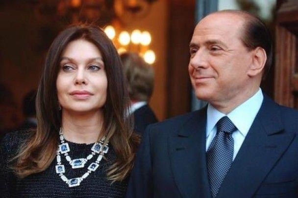 """Подружки Берлусконі називали його """"татусем"""". Одна з них написала про це книгу"""