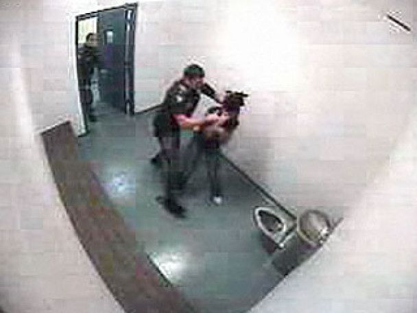 Помічник шерифа жорстоко побив 15-річну дівчинку за кинуту туфлю