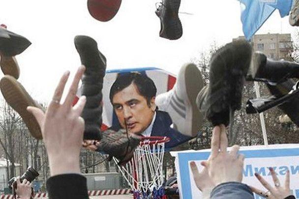 Політиків закидали черевиками