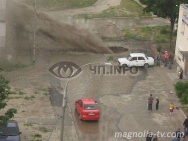 На Троєщині 12-метровий гейзер з асфальту затопив чотири квартири