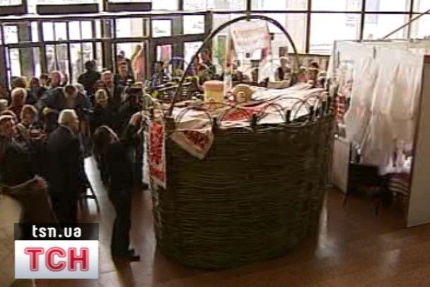 Метрова шоколадна писанка презентована на Пасхальному ярмарку в Києві