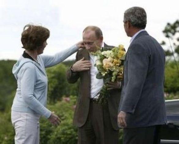 Лаура Буш поправляє комірець Путіну