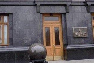 Невідомий розбив скло в Секретаріаті президента