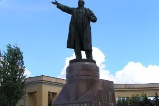 У Донецьку Леніна залишили без рук (відео)