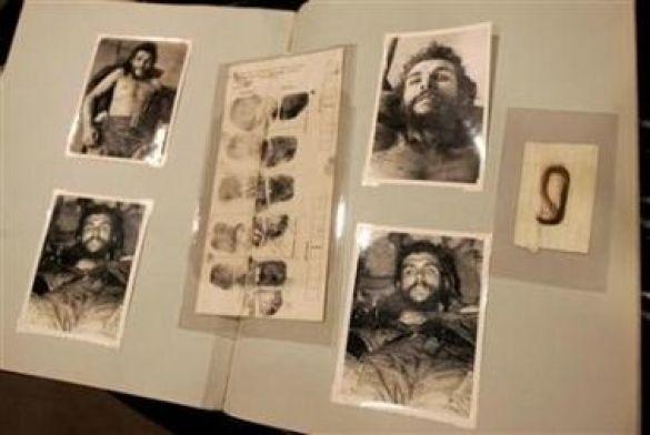 """Фотографії та картки з відбитками пальців Ернесто """"Че"""" Гевари, продані з аукціону в Техасі разом з пасмом його волосся. На більшості знімків """"Че"""" зображений уже мертвим"""