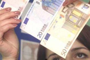 Українці все ще довіряють гривні, але гроші зберігають в євро