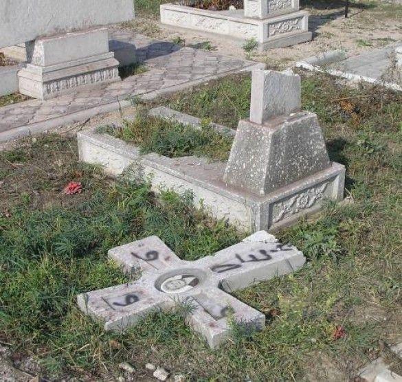 Вандалізм на цвинтарі в Маріуполі