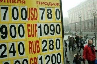 Долар трохи впав і знову зростає