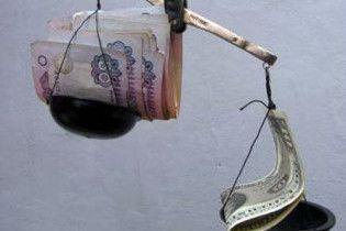 Міжбанк закрився різким падінням долара