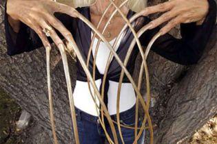 Власниця найдовших в світі нігтів зламала їх, потрапивши в аварію