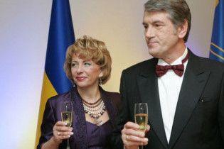 ЗМІ: Ющенко пригощав Балогу та Ахметова креветками і текілою