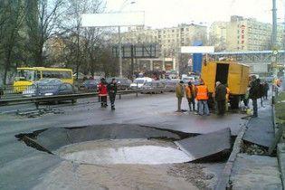 Прорив труби паралізував рух у частині Києва