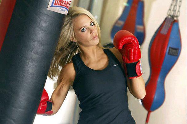 Британській красуні заборонили бокс через її груди (фото)