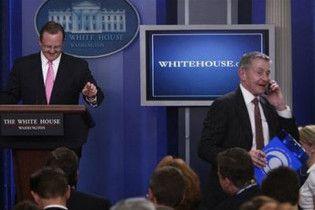 Розлючений прес-секретар Обами викинув телефон журналіста за двері