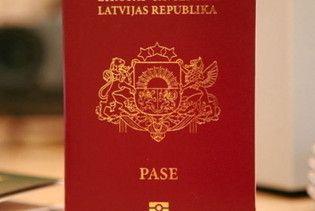 Латиші масово стоять в черзі за російським громадянством