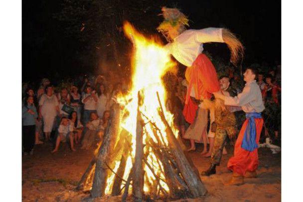 На Купала плели вінки й стрибали через вогонь