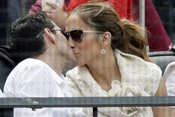 Джей Ло цілувалась з чоловіком на очах у всього стадіону