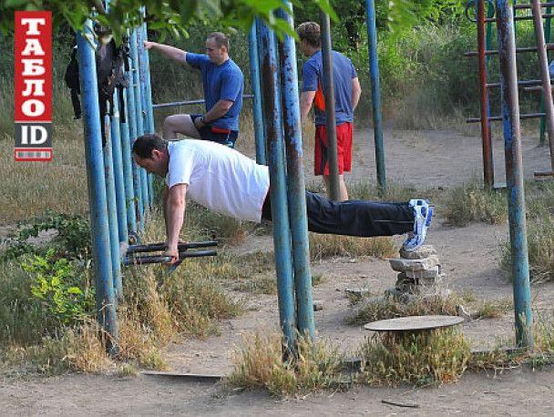 Тігіпко розпочав президентські перегони, показавши в Одесі голий торс
