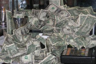 Долар обвалився в обмінниках і на міжбанку