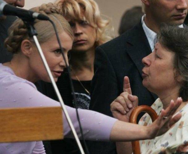 Жінка на колінах просила в Тимошенко грошей